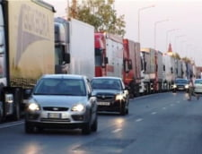 Zeci de soferi de TIR si-au petrecut Craciunul in vama cu Ungaria