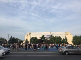 Zi de bucurie in Piata Victoriei, dar si de protest la MAE: Romanii isi simt puterea dupa mobilizarea la vot (Foto & Video)