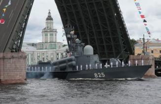Ziua marinei ruse sărbătorită cu fast la St. Petersburg. Paradă cu zeci de nave și submarine