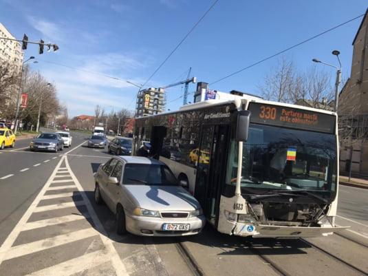 Autoturismul a lovit un autobuz