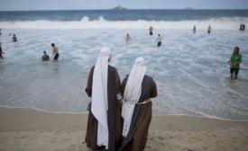 Calugarite si turiste in costum de baie, la slujba Papei de pe plaja de la Rio