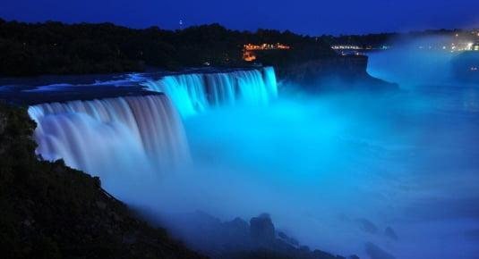 Cascada Niagara, albastra in cinstea noului mostenitor