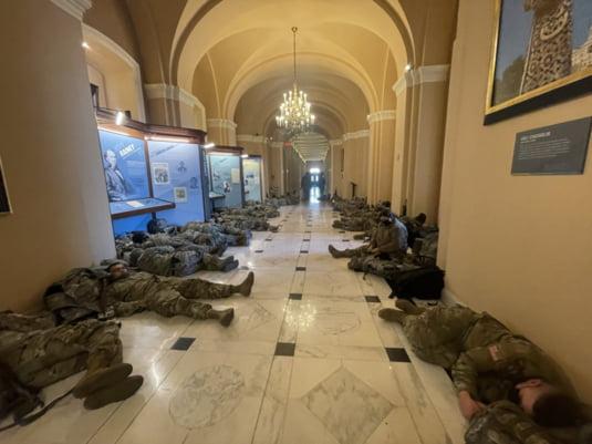 FOTO Imagini ireale de la Capitoliu. Congresmeni americani printre militari  care dorm cu armele sprijinite de pereti | Mobile