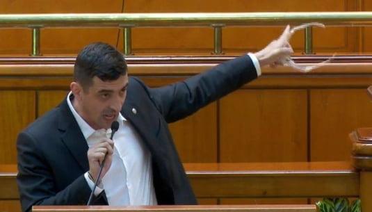 """George Simion (AUR), indemn de la tribuna Parlamentului: """"Refuzati sa mai platiti biruri, sa mai platiti taxe"""""""