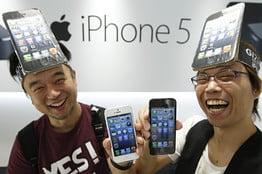 iPhone 5 a ajuns in magazine: Cozi imense, imbulzeala si furturi (Video)