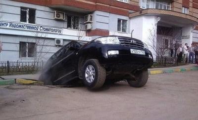 masini inghitite gropi Rusia 6