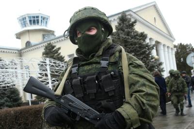Militarii care pazesc aeroporturile din Crimeea