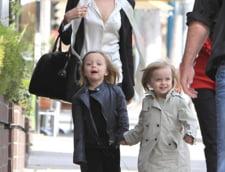 nu este stire - Angelina Jolie. la plimbare cu gemenii