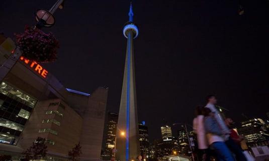O cladire turn din Toronto, Canada, albastra pentru a anunta nasterea bebelusului regal.