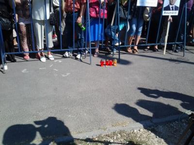 Protestatarii au aprins candele in memoria lui Ionut