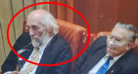 """Senator AUR dormitand in Parlament: """"Eram in pozitia vishuddha chakra, activeaza conexiuni mintale speciale. Poetii o folosesc pentru inspiratie"""""""