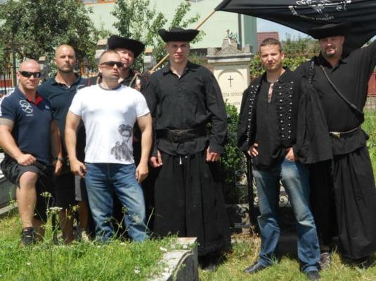 Toroczkai Laszlo, la mormantul lui Rosza Sandor (Gherla, jud. Cluj, Romania)