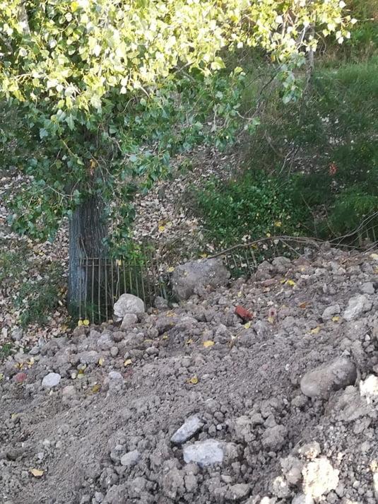 Un capat de gard care inca se mai vede de sub malul de pamant si moloz