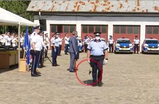 Unui politist i-a cazut pistolul primit de la ministrul de Interne